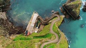Flyg- sikt över den Dunquin pir på västkusten av Irland arkivfilmer