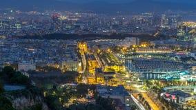 Flyg- sikt över den fyrkantiga pau för portalde-la dagen till natttimelapse i Barcelona, Catalonia, Spanien stock video