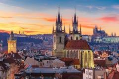 Flyg- sikt över den gamla staden på solnedgången, Prague royaltyfri fotografi
