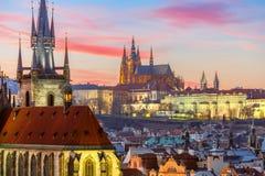 Flyg- sikt över den gamla staden på solnedgången, Prague arkivbild
