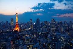 Flyg- sikt över det Tokyo tornet och Tokyo cityscape på solnedgången royaltyfri foto