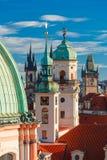 Flyg- sikt över gammal stad i Prague, Tjeckien arkivbilder