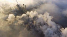 Flyg- sikt över industrialiserad stad förorening från den metallurgical växten Smutsig rök och smog från rör av stål lager videofilmer