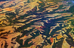 Flyg- sikt över jordbruks- fält och kullar Arkivbilder