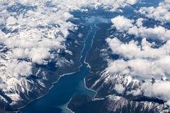 Flyg- sikt över Kinbasket sjön, British Columbia, Kanada Arkivfoton