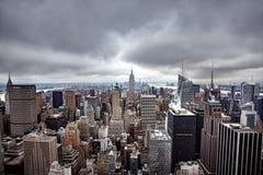 Flyg- sikt över Manhattan på en molnig dag Royaltyfri Bild