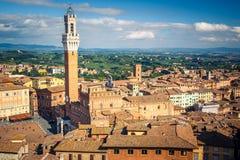 Flyg- sikt över stad av Siena Arkivfoton