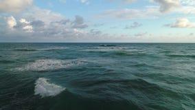 Flyg- sikt över vågor för karibiskt hav och landskap av den tropiska ön lager videofilmer