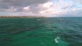 Flyg- sikt över vågor för karibiskt hav och landskap av den tropiska ön, Dominikanska republiken lager videofilmer