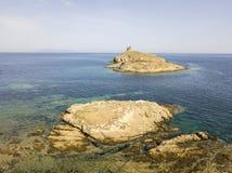 Flyg- sikt av öarna av Finocchiarola, Mezzana, en Terra, halvö av Cap Corse, Korsika Arkivbild