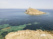 Flyg- sikt av öarna av Finocchiarola, Mezzana, en Terra, halvö av Cap Corse, Korsika Arkivfoto