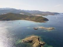 Flyg- sikt av öarna av Finocchiarola, Mezzana, en Terra, halvö av Cap Corse, Korsika Royaltyfri Foto