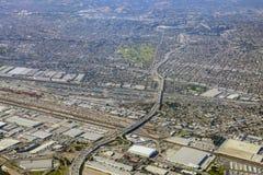 Flyg- sikt av östliga Los Angeles, Bandini, sikt från fönsterplats fotografering för bildbyråer