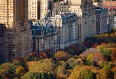 Flyg- sikt av övrebyggnader och Central Park för västra sida i nedgång Royaltyfri Bild
