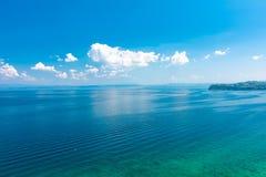 Flyg- sikt av Adriatiskt havner den Piran staden, Slovenien Se från högt torn till havet och land av Italien Blått vatten och him royaltyfri foto