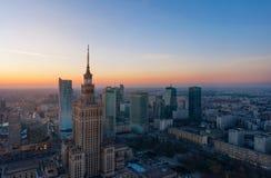 Flyg- sikt av affärsmitten av Warszawa: Slott av vetenskap och kultur och skyskrapor i aftonen arkivfoton