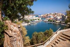 Flyg- sikt av Agios Nikolaos med sjön Voulismeni, Kreta, Greec Royaltyfria Foton
