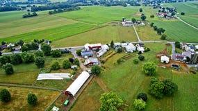 Flyg- sikt av Amish lantgårdar arkivfoto