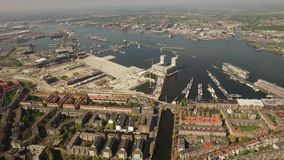 Flyg- sikt av Amsterdam med Poststeigeren stock video