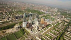 Flyg- sikt av Amsterdam med Zuidasen lager videofilmer