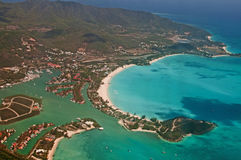 Flyg- sikt av antigua den tropiska ön Royaltyfri Foto