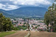 Flyg- sikt av Antigua Guatemala City från Cerro de la Cruz med Aguavulkan i bakgrunden - Antigua, Guatemala Royaltyfria Bilder