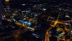 Flyg- sikt av Atlanta horisont vid natt motorväg föreningspunkter, bilbillyktor i realtids, Georgia USA stock video