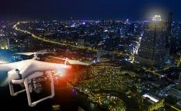 Flyg- sikt av att använda surret för att ta ett fotografi av skyskrapa a Arkivfoton