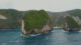 Flyg- sikt av att förbluffa den tropiska ön med klippan, blått vatten, vit sand, vågor lager videofilmer
