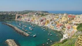 Flyg- sikt av att förbluffa Procida, Italien i solig sommardag lager videofilmer