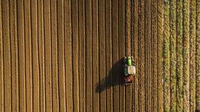 Flyg- sikt av att odla för traktor och det hemska fältet Royaltyfri Fotografi