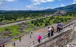Flyg- sikt av avenyn av dödaen och månepyramiden bak sun för moment för avståndsmexico pyramid teotihuacan mindre royaltyfri bild