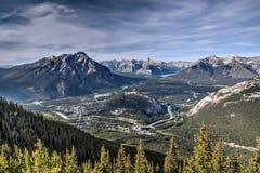 Flyg- sikt av Banff från uppe på Sulphurberget Arkivfoton