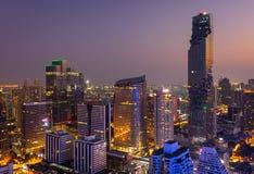Flyg- sikt av Bangkok moderna kontorsbyggnader, andelslägenhet i den Bangkok staden som är i stadens centrum med solnedgånghimmel royaltyfri foto