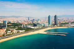 Flyg- sikt av Barcelona från medelhavet Arkivbilder