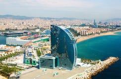 Flyg- sikt av Barceloneta från havet Arkivbild