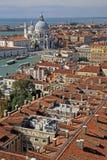 Flyg- sikt av basilikan Santa Maria della Salute från torn för klocka för Campanile för St Mark ` s i VENEDIG, ITALIEN Royaltyfria Foton