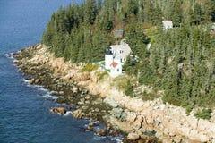 Flyg- sikt av Bass Harbor Head Lighthouse, Acadianationalpark, Maine, västra sida av monteringsöde ö Royaltyfria Foton