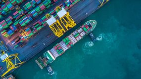 Flyg- sikt av behållarelastfartyget, behållarelastfartyg i rackarunge Arkivfoton