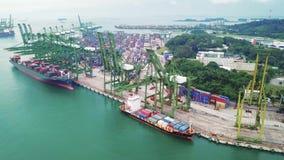 Flyg- sikt av behållareskeppet i Singapore port lager videofilmer
