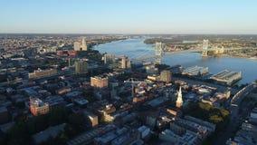 Flyg- sikt av Ben Franklin Bridge Philadelphia stock video