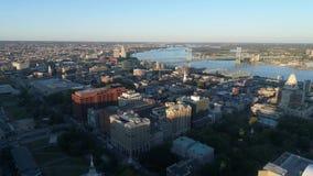Flyg- sikt av Ben Franklin Bridge Philadelphia lager videofilmer