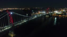 Flyg- sikt av Ben Franklin Bridge Philadelphia på natten arkivfilmer