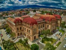 Flyg- sikt av Benigno Malo High School i Cuenca, Ecuador Arkivbilder