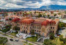 Flyg- sikt av Benigno Malo High School i Cuenca, Ecuador Arkivbild