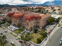 Flyg- sikt av Benigno Malo High School i Cuenca, Ecuador Arkivfoton