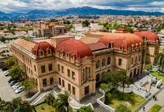 Flyg- sikt av Benigno Malo High School i Cuenca, Ecuador Arkivfoto