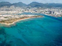 Flyg- sikt av berg, staden och havet på Honolulu, Hawaii arkivbilder