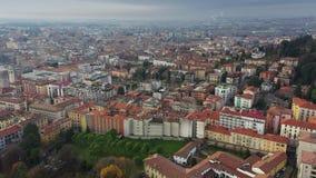 Flyg- sikt av Bergamo cityscape, Italien lager videofilmer