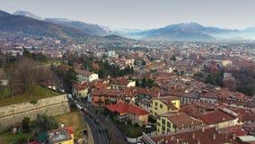 Flyg- sikt av Bergamo cityscape och omgeende berg, Italien arkivfilmer